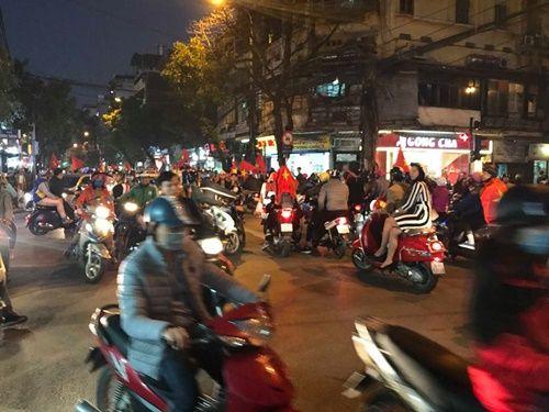 Việt Nam vào chung kết, người hâm mộ đổ ra đường ăn mừng trong hạnh phúc vỡ òa - Ảnh 2