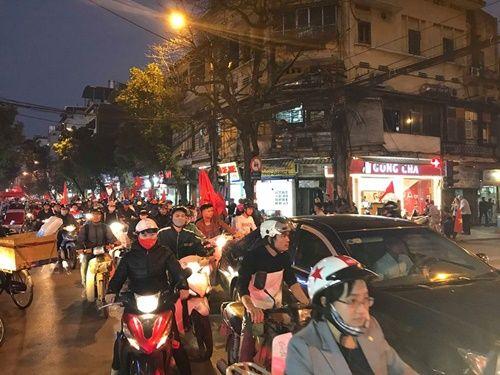 Việt Nam vào chung kết, người hâm mộ đổ ra đường ăn mừng trong hạnh phúc vỡ òa - Ảnh 3