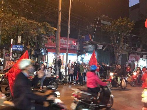 Việt Nam vào chung kết, người hâm mộ đổ ra đường ăn mừng trong hạnh phúc vỡ òa - Ảnh 4