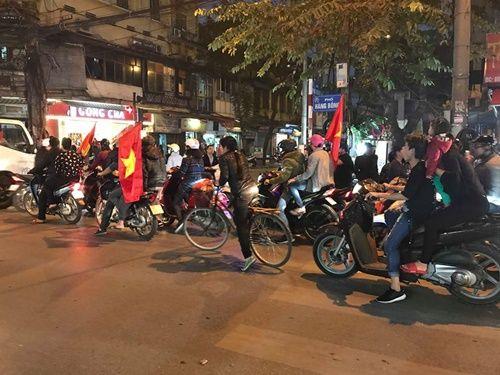 Việt Nam vào chung kết, người hâm mộ đổ ra đường ăn mừng trong hạnh phúc vỡ òa - Ảnh 5