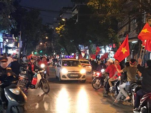 Việt Nam vào chung kết, người hâm mộ đổ ra đường ăn mừng trong hạnh phúc vỡ òa - Ảnh 6