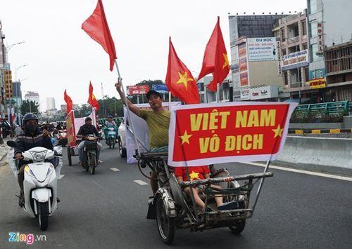 Người hâm mộ bất chấp mưa lạnh vẫn đi cổ vũ U23 Việt Nam - Ảnh 3
