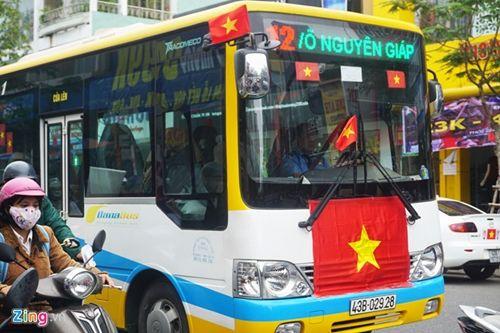 Người hâm mộ bất chấp mưa lạnh vẫn đi cổ vũ U23 Việt Nam - Ảnh 2