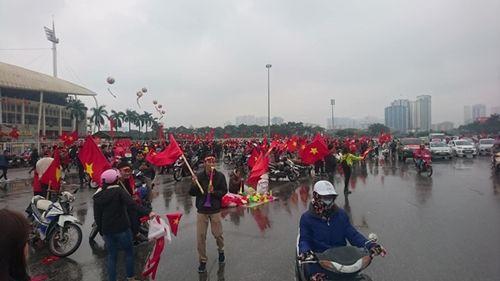 Người hâm mộ bất chấp mưa lạnh vẫn đi cổ vũ U23 Việt Nam - Ảnh 4