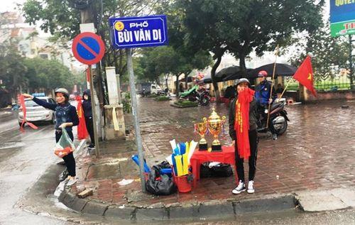 Người hâm mộ bất chấp mưa lạnh vẫn đi cổ vũ U23 Việt Nam - Ảnh 5