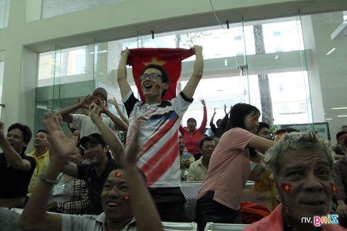 Mỹ Đình vỡ òa, khách tây nhảy lên ăn mừng U23 Việt Nam ghi bàn - Ảnh 5