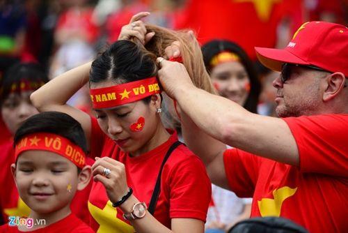 Người hâm mộ bất chấp mưa lạnh vẫn đi cổ vũ U23 Việt Nam - Ảnh 6