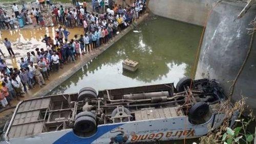 Ấn Độ: Xe buýt lao xuống kênh, ít nhất 36 người chết - Ảnh 1