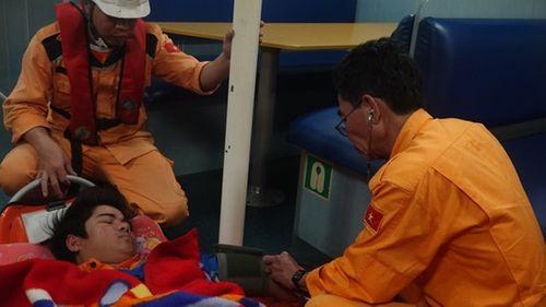 Vượt sóng dữ, cứu sống thuyền viên nguy kịch trên biển - Ảnh 1