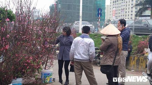 Người Hà Nội nườm nượp xuống phố mua đào, quất về chơi Tết Mậu Tuất - Ảnh 2