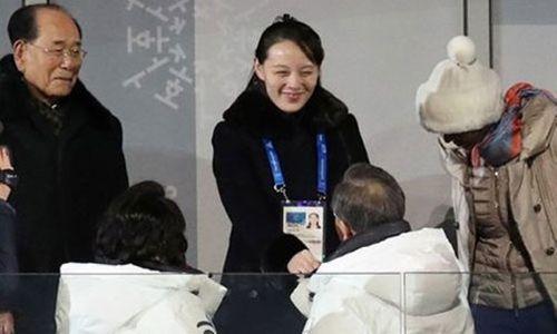 Cái bắt tay giữa Tổng thống Hàn Quốc và em gái Kim Jong-un - Ảnh 1