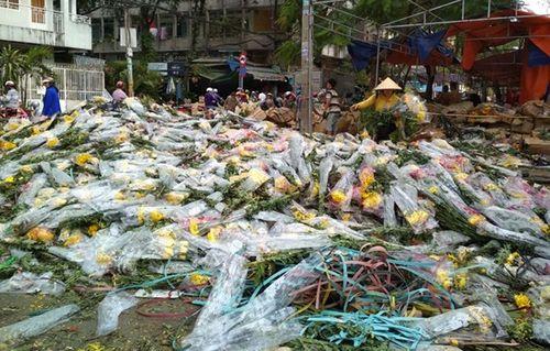 """Bị """"dội hàng"""", chủ hàng đem đổ 200 thùng, hoa tươi chất đống bên đường - Ảnh 2"""
