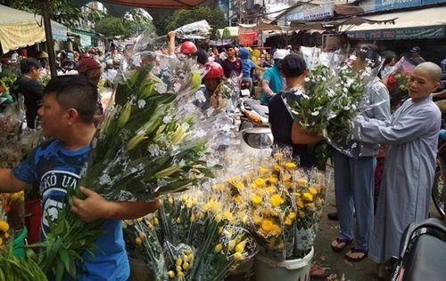 """Bị """"dội hàng"""", chủ hàng đem đổ 200 thùng, hoa tươi chất đống bên đường - Ảnh 3"""