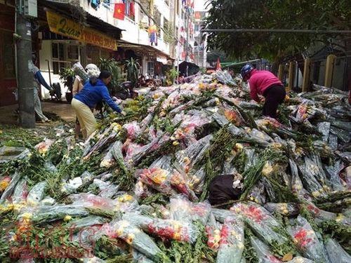 """Bị """"dội hàng"""", chủ hàng đem đổ 200 thùng, hoa tươi chất đống bên đường - Ảnh 4"""