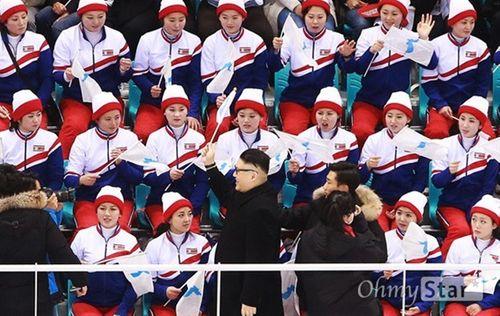 Đội cổ động Triều Tiên tức giận khi gặp người giả Kim Jong Un - Ảnh 1
