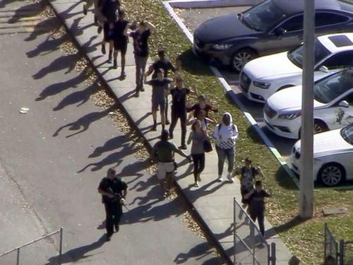 Xả súng kinh hoàng tại trường trung học Mỹ, 17 người chết - Ảnh 1