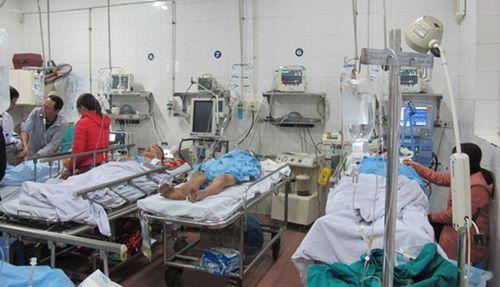 """Bệnh viện Việt Đức """"vỡ trận"""" cấp cứu trong ngày 30 Tết - Ảnh 1"""