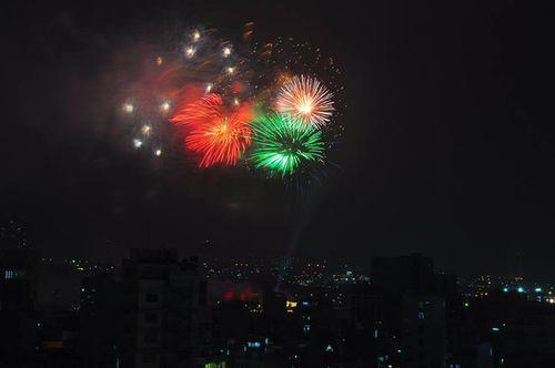 Ngắm màn pháo hoa rực sáng mừng năm mới trên cả nước - Ảnh 1