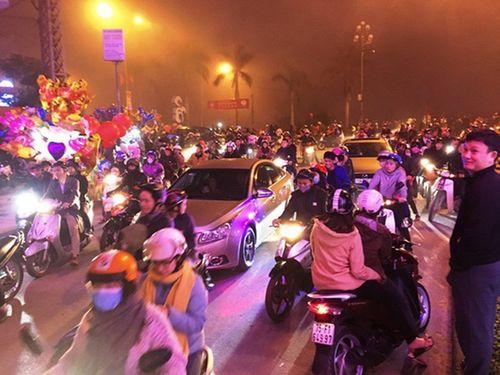 Hàng ngàn người Quảng Bình tiếc nuối vì sương mù cản trở pháo hoa - Ảnh 1