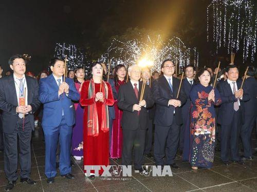 Tổng Bí thư Nguyễn Phú Trọng chung vui cùng người dân Hà Nội chào đón Giao thừa - Ảnh 3