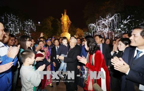 Tổng Bí thư Nguyễn Phú Trọng chung vui cùng người dân Hà Nội chào đón Giao thừa - Ảnh 4