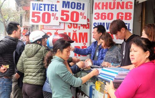 Ngày cuối khuyến mại 50%: Chen lấn, xếp hàng mua từng chiếc thẻ điện thoại - Ảnh 1