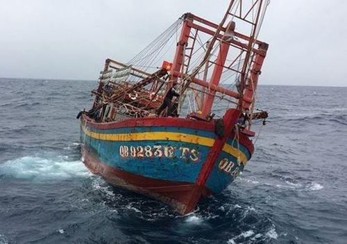 Nghệ An: Phát hiện tàu cá không người lái trôi dạt trên biển - Ảnh 1