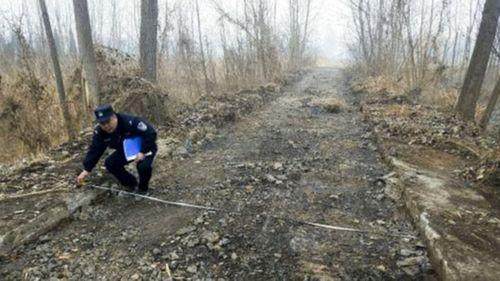 Kẹt tiền tiêu Tết, thanh niên đào trộm 800m mặt đường đem bán phế liệu - Ảnh 1