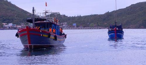 Đưa hai tàu cá của ngư dân bị thả trôi giữa biển vào bờ an toàn - Ảnh 1