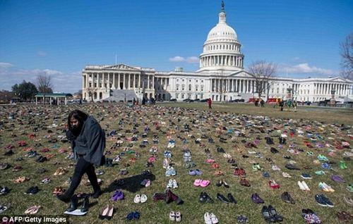 7.000 đôi giày của trẻ em Mỹ thiệt mạng vì xả súng phủ kín trước quốc hội Mỹ - Ảnh 1