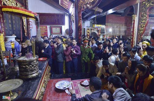 Chen lấn cướp lộc, sờ đồ vật lấy may trong lễ Khai ấn đền Trần - Ảnh 4