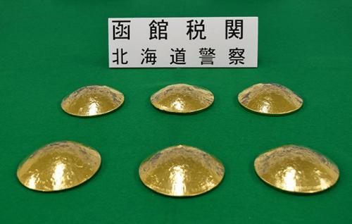 3 người Đài Loan bị bắt ở Nhật Bản vì giấu 10,5 kg vàng trong áo ngực - Ảnh 1
