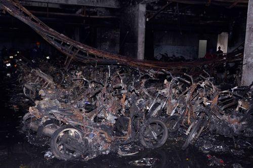 Khám nghiệm hiện trường vụ cháy chung cư Carina: Nhiều tình tiết gây sốc - Ảnh 1