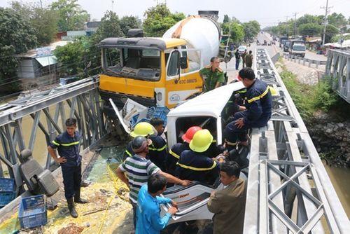 Xe bồn và xe tải nát bét đầu sau tai nạn, tài xế mắc kẹt trong cabin - Ảnh 1