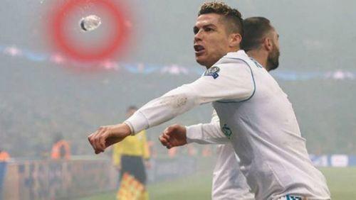 """C.Ronaldo suýt lĩnh cả chai nước vì khiến fan của PSG """"nóng mắt"""" - Ảnh 1"""