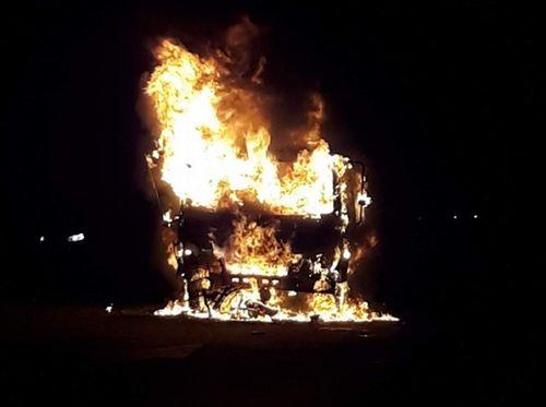 Xe ô tô bốc cháy sau tai nạn kinh hoàng, thiếu niên 17 tuổi tử vong - Ảnh 1