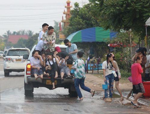 Hành trình xuất ngoại đón Tết cổ truyền Bunpimay ở nước láng giềng - Ảnh 3
