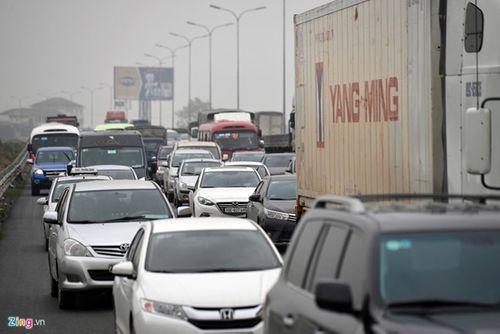 Ùn tắc cả chục km trên cao tốc Pháp Vân, Tân Sơn Nhất đông nghịt người đi chơi lễ 30/4 - Ảnh 2