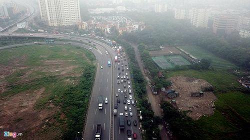 Ùn tắc cả chục km trên cao tốc Pháp Vân, Tân Sơn Nhất đông nghịt người đi chơi lễ 30/4 - Ảnh 3