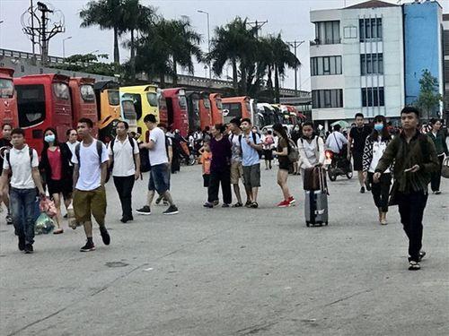 """Hậu nghỉ lễ: Cửa ngõ Sài Gòn kẹt cứng, người dân """"tay xách nách mang"""" về thủ đô - Ảnh 14"""