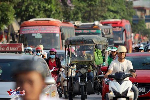 """Hậu nghỉ lễ: Cửa ngõ Sài Gòn kẹt cứng, người dân """"tay xách nách mang"""" về thủ đô - Ảnh 2"""