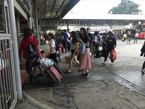 """Hậu nghỉ lễ: Cửa ngõ Sài Gòn kẹt cứng, người dân """"tay xách nách mang"""" về thủ đô - Ảnh 15"""