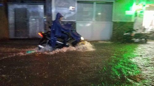 """Người Sài Gòn hì hụi đẩy xe, chật vật """"bơi"""" trong biển nước sau trận mưa lớn - Ảnh 12"""