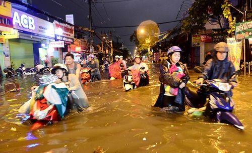 """Người Sài Gòn hì hụi đẩy xe, chật vật """"bơi"""" trong biển nước sau trận mưa lớn - Ảnh 14"""