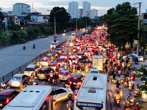 Người dân trở lại Hà Nội sau kỳ nghỉ lễ 2/9, 19h tối cửa ngõ Thủ đô vẫn ùn tắc kéo dài - Ảnh 1