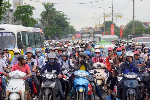 Người dân trở lại Hà Nội sau kỳ nghỉ lễ 2/9, 19h tối cửa ngõ Thủ đô vẫn ùn tắc kéo dài - Ảnh 2