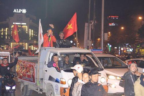 Hàng triệu CĐV vỡ òa hạnh phúc, đổ ra đường mừng đội tuyển Việt Nam lập kỳ tích tại Asian Cup 2019 - Ảnh 4