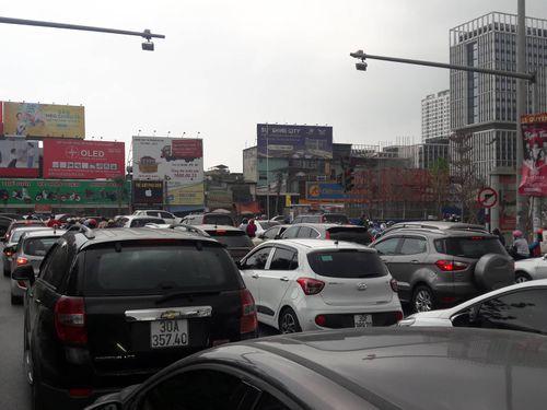 Cửa ngõ Hà Nội ùn tắc chiều mùng 6 Tết, ô tô, xe máy nhích từng mét trên đường - Ảnh 2