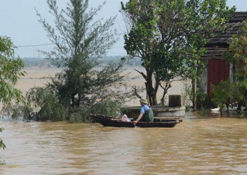 Dân mạng xót thương cư dân miền Trung oằn mình trong lũ lụt - Ảnh 2