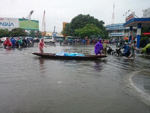 Dân mạng xót thương cư dân miền Trung oằn mình trong lũ lụt - Ảnh 7